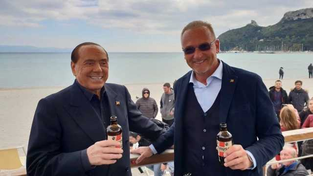 Berlusconi, l'appello dal Poetto: