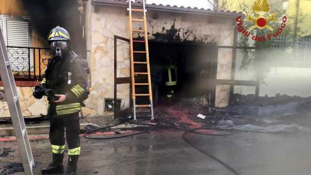 Incendio in un garage a Pabillonis, auto distrutta ma salvata la casa